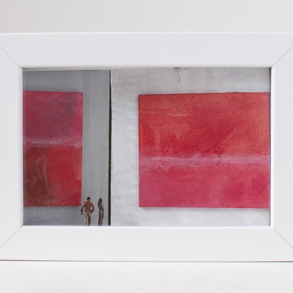 Dono d'arte per la Biennale di Venezia un uomo e una donna osservano due quadri rossi monocromi