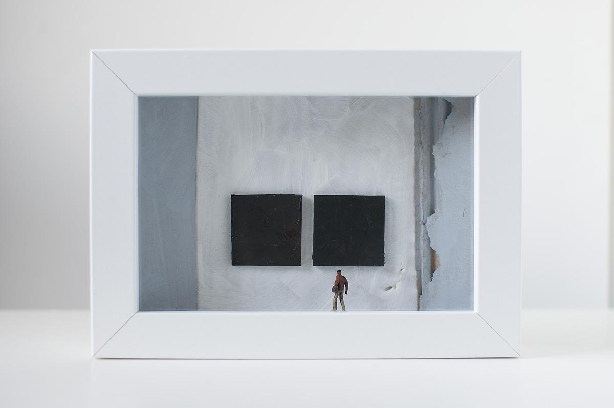 opera d'arte di Stefania Bressani che rappresenta un uomo che osserva due quadri neri