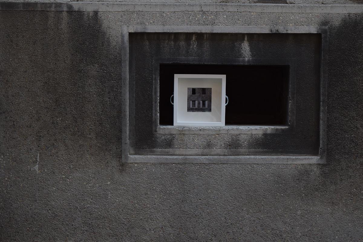 un'opera d'arte è stata abbandonata su una finestra di un seminterrato a Zagabria in Croazia