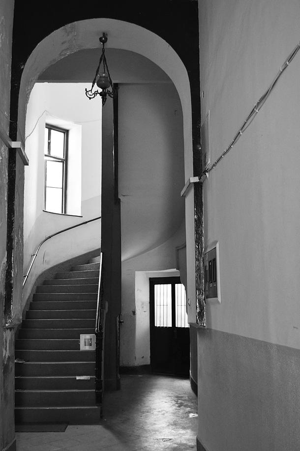 un quadro abbandonato presso l'interno di una scala