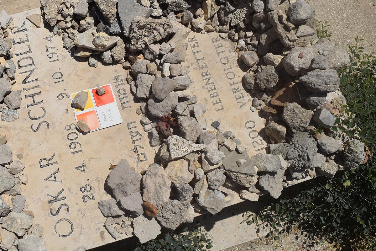 un'opera d'arte di Stefania Bressani è stata abbandonata sulla tomba di Oscar Schindler a Gerusalemme
