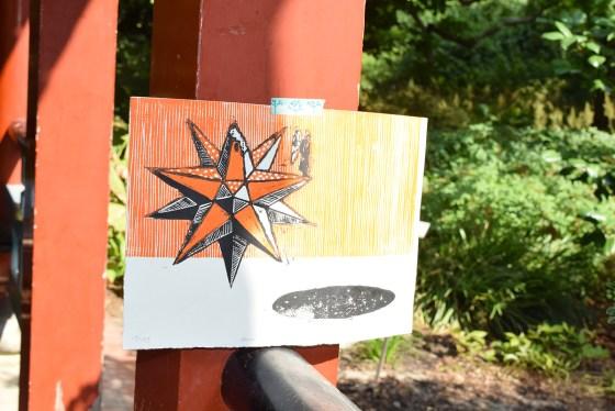 Stampa d'arte attaccata ad un palo rosso
