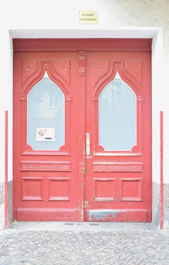 un dono d'arte è stato abbandonato sull'ingresso di una porta rossa moresca