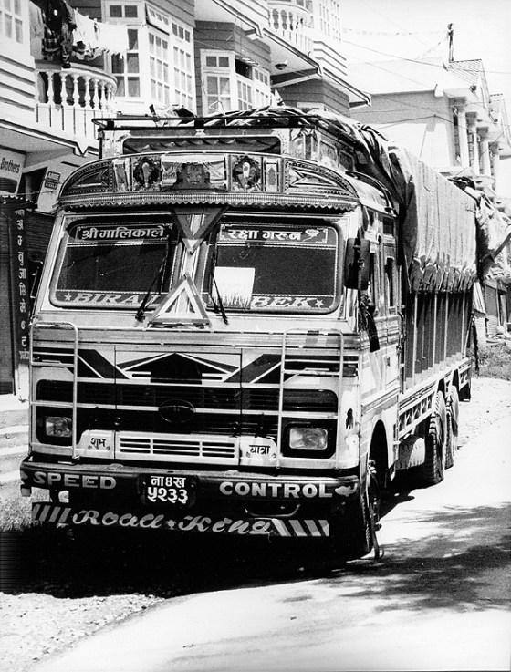 un quadro abbandonato sul tergicristallo di un camion in asia