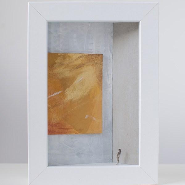 Dono d'arte per la Biennale di Venezia una donna osserva un quadro giallo monocromo