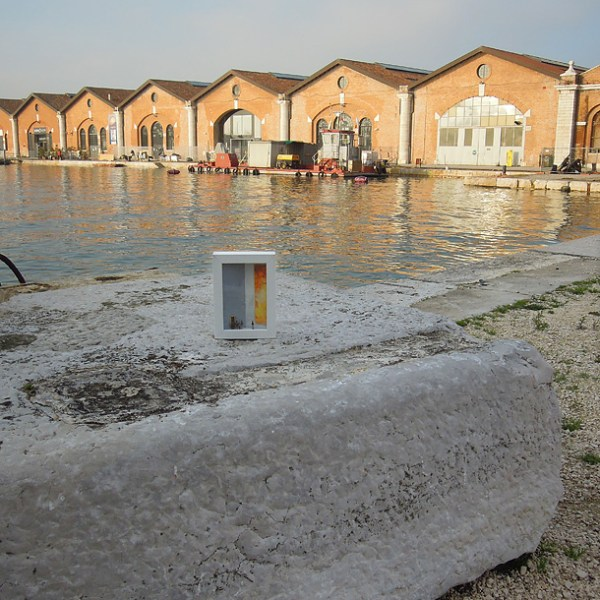 dono d'arte abbandonato su una pietra all'arsenale di Venezia
