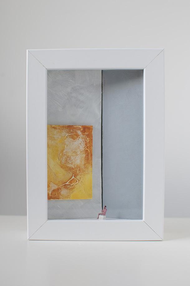 Dono d'arte per la Biennale di Venezia un uomo seduto osserva un quadro monocromo giallo