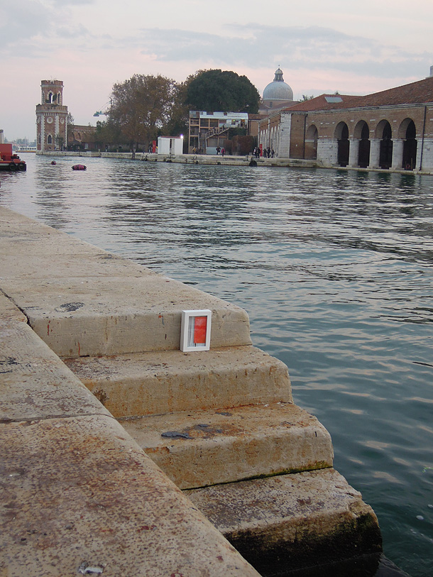 Dono d'arte appoggiato sulle scale del molo presso il bacino interno dell'arsenale di Venezia
