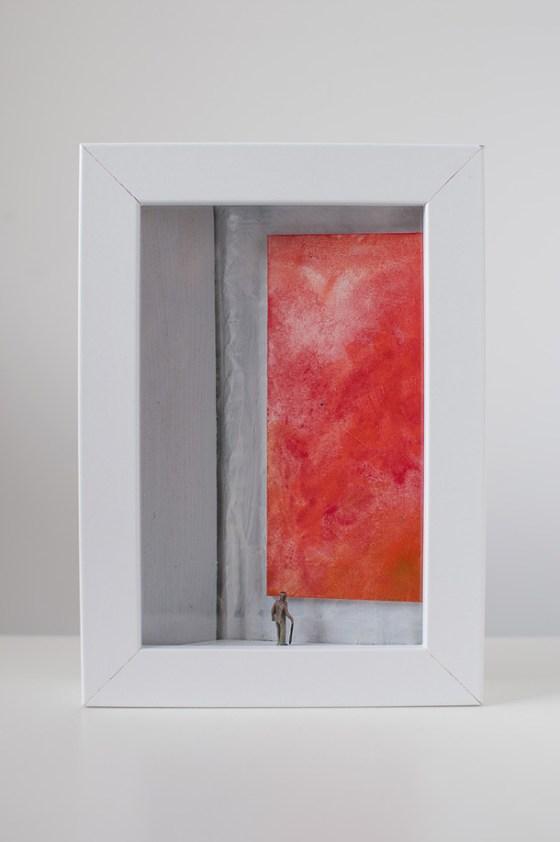un quadro diorama rappresenta una vecchio che osserva un quadro tutto rosso.