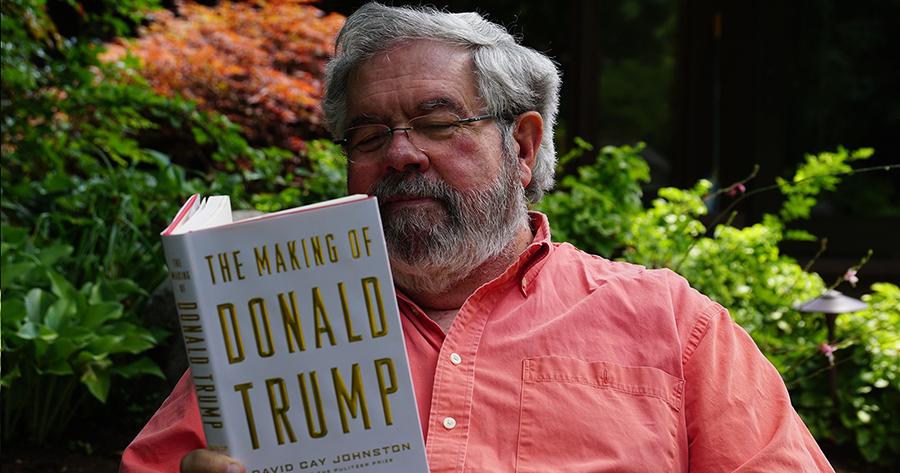 """L'autore David Cay Johston e il suo libro """"The Making of Donald Trump"""""""