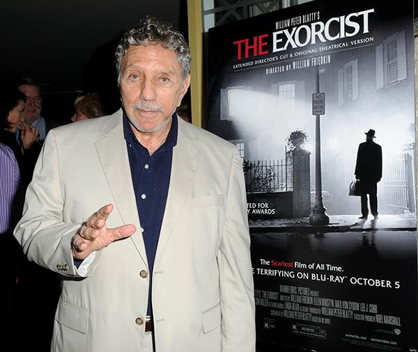 William Peter Blatty di fronte a un poster dell'Esorcista