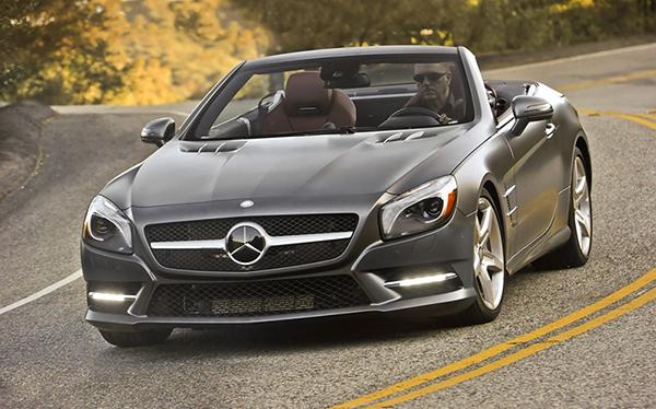 Mercedes cabriolet in strada