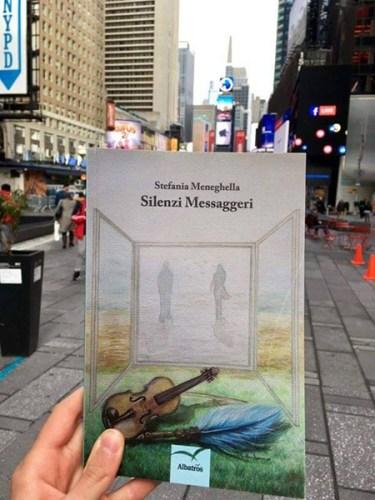 Silenzi Messaggeri in una strada di New York