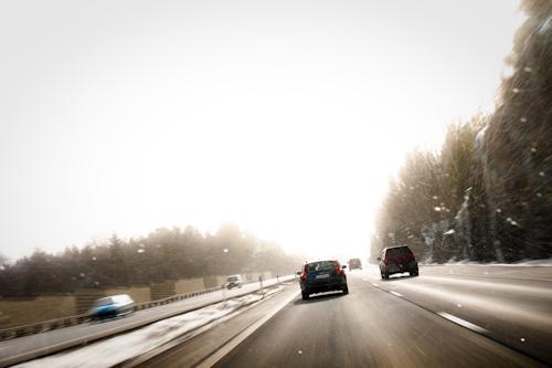 På motorväg ut mot Saltsjöbaden i snöyran