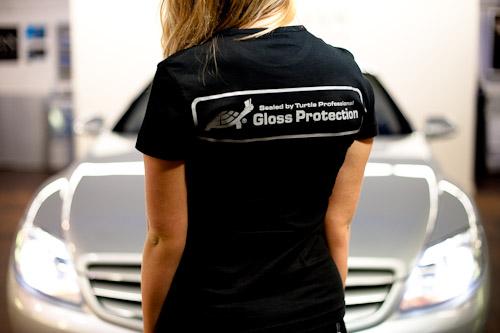 Fotografering av arbetskläder i bilvårdsmiljö för Turtle Professional
