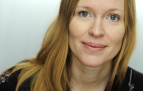 Porträttfotografering av debuterande författare Anna Ehrin, ljussättning i fotostudio med clamshell-teknik