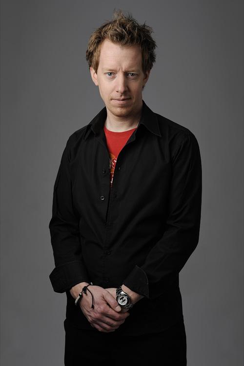 Porträttfotografering i fotostudio med endast en blixt och en reflexskärm mot vit bakgrund.
