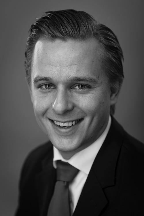 Porträttfotografering av kille i kostym med slips till annonskampanj i Veckans Affärer