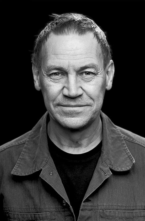 Mati Lepp, författarporträtt för Bonnier Carlsen i svartvitt. Förklaring av ljussättning vid porträttfotografering i fotostudio med diagram och allt