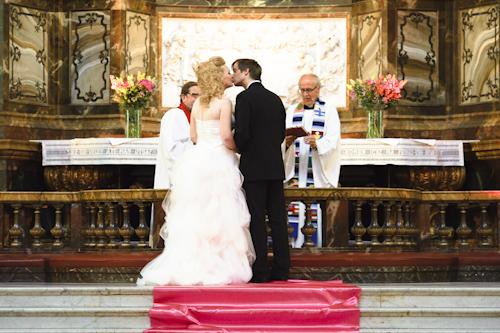 Bröllopsfotografering, brudparets kyss vid altaret