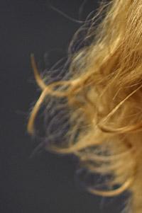Effekt av gult färgfilter på blixten som är hårljus vid  porträttfotografering i fotostudio