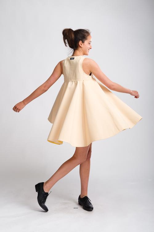 Klädfotografering i fotostudio för svenska klädmärket Fräulein von Hast. Modell Niousha. Fotograf Stefan Tell