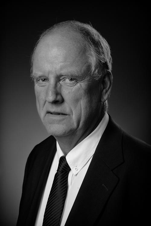 Porträttfoto i svartvitt av herre i kostym. Fotograf Stefan Tell