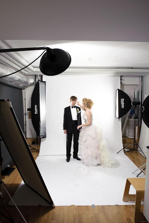 Bröllopsfotografering av brudpar i väldigt liten fotostudio - Behind the scenes