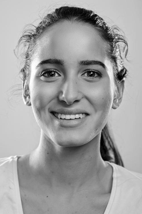 Modellfotografering med kvinnlig fotomodell, svartvitt porträtt (TFP). Fotograf Stefan Tell