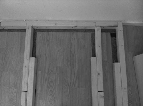 Bygge av rundfond i fotostudio, ljuddämpning av reglar på golvet. Fotograf Stefan Tell