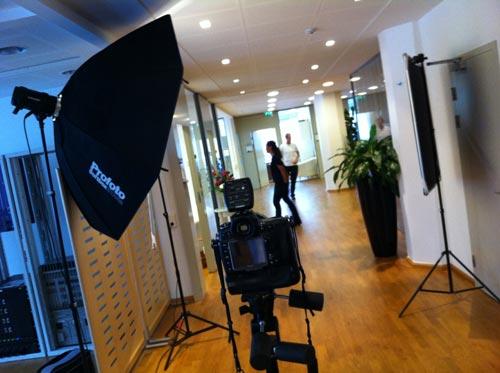 Bakom kulisserna, fotografering på kontor med en Profoto Octa. Fotograf Stefan Tell