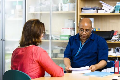 Porträtt av läkare och patient i möte på läkarmottagning. Fotograf Stefan Tell