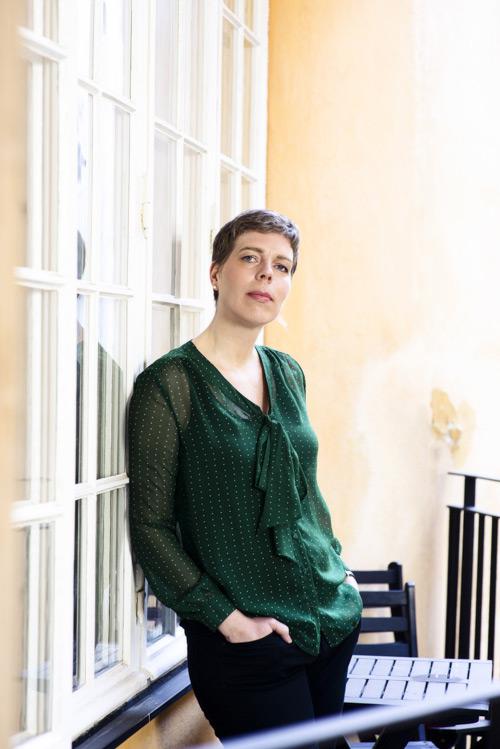 Johanna Lindbäck, pressbild på balkong för Lilla Piratförlaget 2013. Fotograf Stefan Tell