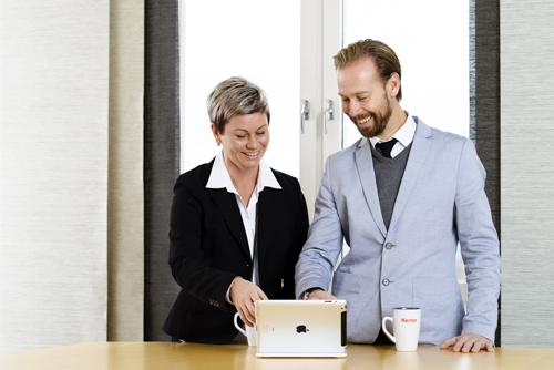 Imagebild, möte mellan konsulter vid iPad. Fotograf Stefan Tell