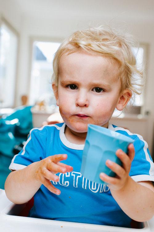 porträtt-av-barn-med-en-blixt-hemma