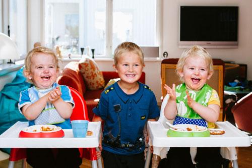tre-glada-barn-tvillingar-fotograferade-i-hemmastudio