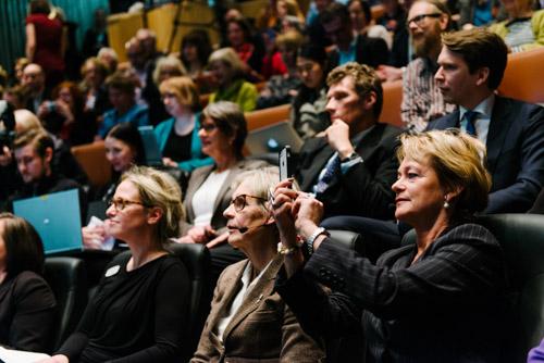 Kulturministern-fotograferar-på-KB-ALMA-2014