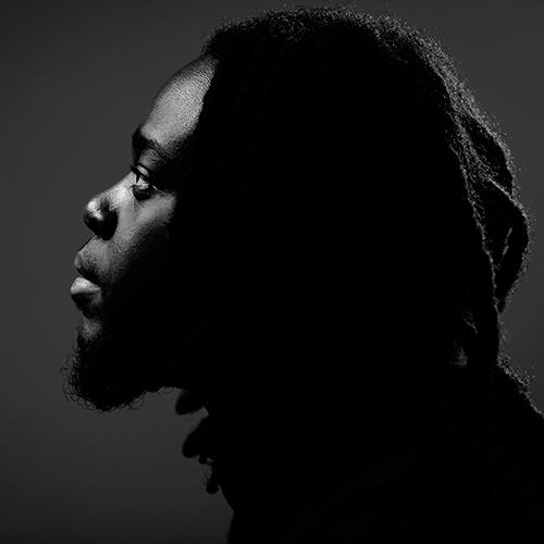 Skådespelarporträtt i svartvitt med kontrast och svärta i profil. Fotograf Stefan Tell