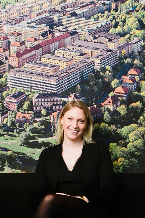 Porträtt till artikel i personaltidning med tavla som bakgrund, och en blixt. Fotograf Stefan Tell