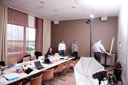 1-testbild-ljussättning-av-gruppbild-med-bara-en-blixt-i-högt-tak-konferensrum
