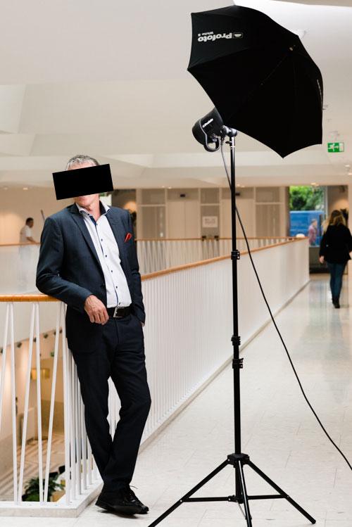 VD-porträtt-BTS-en-Profoto-blixt-med-paraply