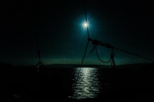 nattsegling-månsken-trimaran