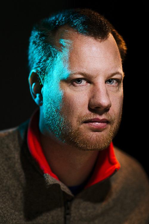ljussättning-med-ficklampor-i-fotostudio-porträtt-led-tre-ljuskällor-färgfilter. Fotograf Stefan Tell