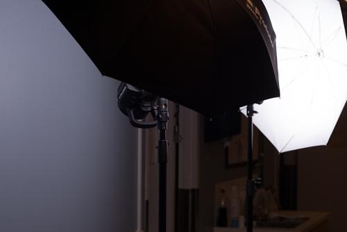 två-blixtar-med-små-paraply-i-trång-korridor-bts