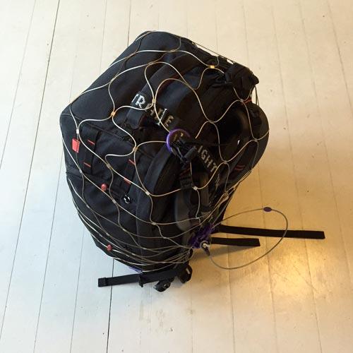 smart-stöldskydd-för-kameraryggsäck-pacsafe-nät-lås