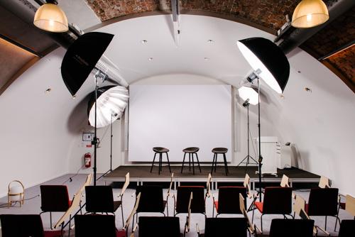 uppställning-fyra-blixtar-gruppfoto-styrelse-paraplyer