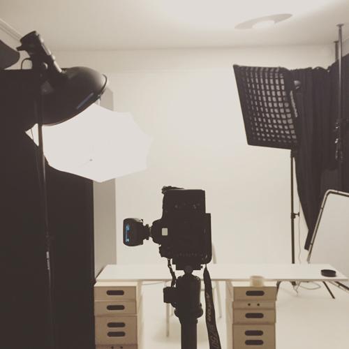 behind-the-scenes-BTS-återskapa-stilen-från-ett-gammalt-porträtt-i-fotostudio