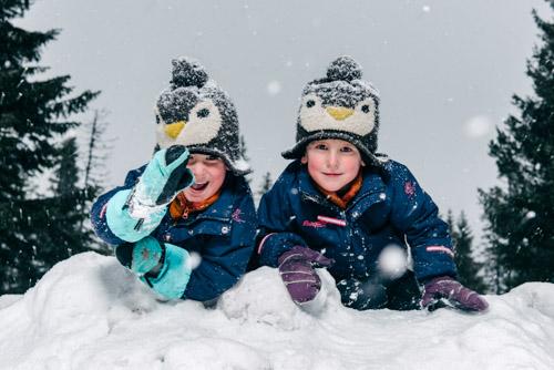 fotografera-barn-utomhus-med-en-blixt-i-snö-som-reflexskärm-Profoto-B2-OCF-Beautydish