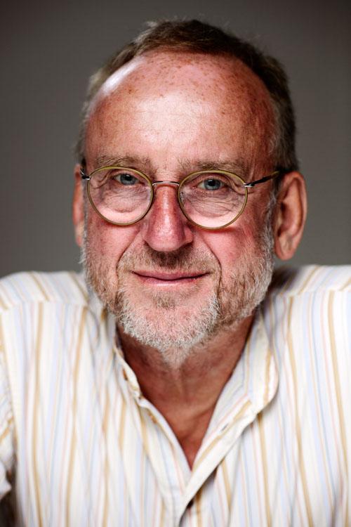 Erik-Sidenbladh-ansiktsporträtt-författare-neutral-bakgrund-Bonnier-pressbild