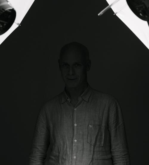 Bakom kulisserna, BTS, ljussättning av författarporträtt med två blixtar i fotostudio, två Profoto Deep Umbrella White Large